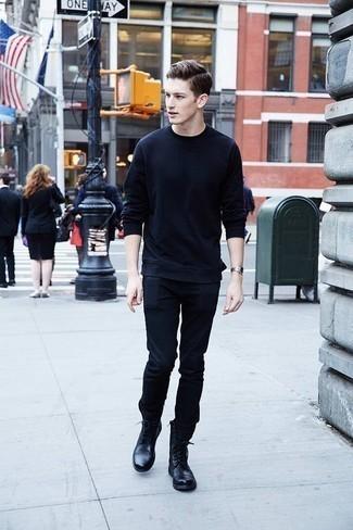 Schwarze Lederfreizeitstiefel kombinieren: trends 2020: Kombinieren Sie ein dunkelblaues Sweatshirts mit dunkelblauen Jeans für ein großartiges Wochenend-Outfit. Fühlen Sie sich mutig? Wählen Sie eine schwarze Lederfreizeitstiefel.