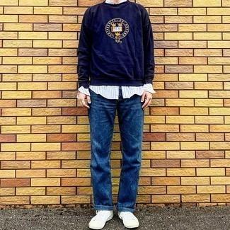 Hellblaues vertikal gestreiftes Langarmhemd kombinieren – 184 Herren Outfits: Kombinieren Sie ein hellblaues vertikal gestreiftes Langarmhemd mit blauen Jeans für ein großartiges Wochenend-Outfit. Weiße Segeltuch niedrige Sneakers fügen sich nahtlos in einer Vielzahl von Outfits ein.