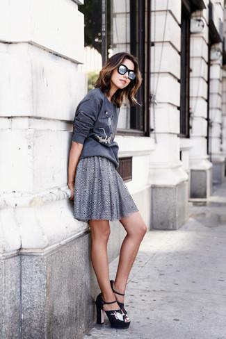 Wie kombinieren: dunkelgraues bedrucktes Sweatshirt, grauer Skaterrock, schwarze bestickte Wildleder Sandaletten, silberne Sonnenbrille