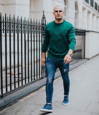 Wie kombinieren: dunkelgrünes Sweatshirt, dunkelblaue enge Jeans mit Destroyed-Effekten, blaue Wildleder niedrige Sneakers, silberne Uhr