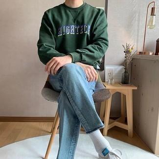 Hellblaue Jeans kombinieren – 500+ Herren Outfits: Erwägen Sie das Tragen von einem dunkelgrünen bedruckten Sweatshirt und hellblauen Jeans, um mühelos alles zu meistern, was auch immer der Tag bringen mag. Vervollständigen Sie Ihr Look mit weißen und blauen Segeltuch niedrigen Sneakers.
