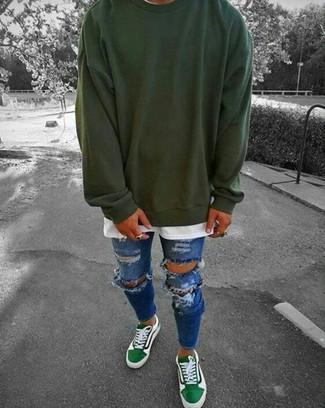 Wie kombinieren: dunkelgrünes Sweatshirt, weißes T-Shirt mit einem Rundhalsausschnitt, blaue enge Jeans mit Destroyed-Effekten, grüne niedrige Sneakers