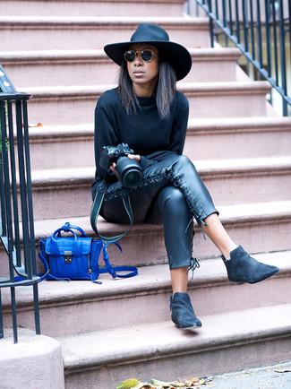 Schwarze Chelsea Boots aus Wildleder kombinieren – 25 Damen Outfits: Wenn Sie einen legeren Look zaubern müssen, bleiben ein schwarzes Sweatshirt und eine schwarze enge Hose aus Leder ein Klassiker. Fühlen Sie sich mutig? Wählen Sie schwarzen Chelsea Boots aus Wildleder.
