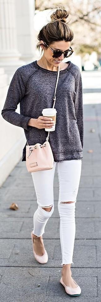 Wie kombinieren: dunkelgraues Sweatshirt, weiße enge Jeans mit Destroyed-Effekten, rosa Leder Ballerinas, rosa Leder Beuteltasche