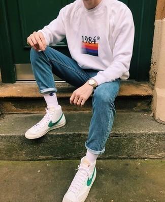 Weiße und grüne hohe Sneakers aus Leder kombinieren – 9 Herren Outfits: Ein rosa bedrucktes Sweatshirt und blaue enge Jeans sind das Outfit Ihrer Wahl für faule Tage. Weiße und grüne hohe Sneakers aus Leder sind eine perfekte Wahl, um dieses Outfit zu vervollständigen.