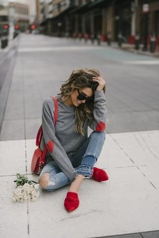 Entscheiden Sie sich für Komfort in einem grauen sweatshirt von KIOMI und blauen engen jeans mit destroyed-effekten. Fühlen Sie sich mutig? Entscheiden Sie sich für roten wildleder pantoletten.