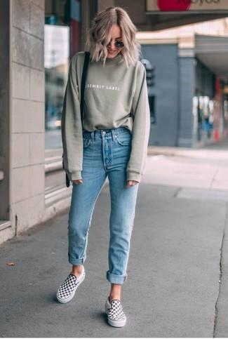 Wie kombinieren: olivgrünes Sweatshirt, hellblaue enge Jeans, weiße und schwarze Slip-On Sneakers mit Karomuster, schwarze Leder Umhängetasche