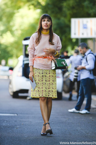 rosa Sweatshirt, gelbes Spitze Etuikleid, dunkelblaue Leder Pumps, dunkelgrüne Satchel-Tasche aus Leder für Damen