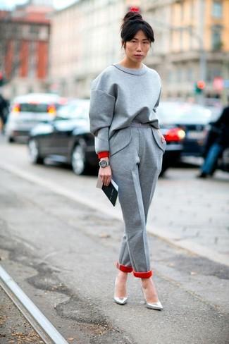 Wie kombinieren: graues Sweatshirt, graue Wollanzughose, silberne Leder Pumps, graue Leder Uhr