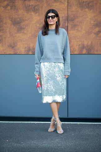 graues Sweatshirt, silberner Bleistiftrock, hellblaue Leder Sandaletten, mehrfarbige Leder Clutch für Damen