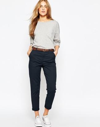 Wie kombinieren: graues Sweatshirt, schwarze Chinohose, weiße Segeltuch niedrige Sneakers, brauner Ledergürtel