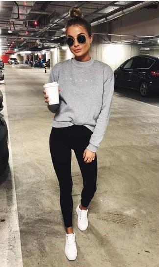 Wie kombinieren: graues Sweatshirt, schwarze enge Hose, weiße niedrige Sneakers, schwarze Sonnenbrille