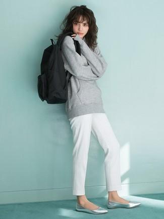 Wie kombinieren: graues Sweatshirt, weiße vertikal gestreifte Karottenhose, silberne Leder Ballerinas, schwarzer Segeltuch Rucksack
