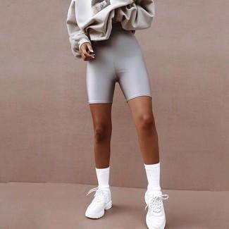 Wie kombinieren: graues bedrucktes Sweatshirt, silberne Radlerhose, weiße Sportschuhe, weiße Socken