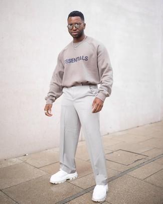 Silberne Sonnenbrille kombinieren – 847+ Herren Outfits: Für ein bequemes Couch-Outfit, erwägen Sie das Tragen von einem hellbeige bedruckten Sweatshirt und einer silbernen Sonnenbrille. Ergänzen Sie Ihr Outfit mit weißen Sportschuhen, um Ihr Modebewusstsein zu zeigen.