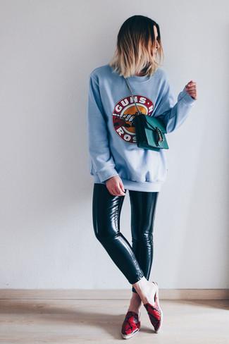 Wie kombinieren: hellblaues bedrucktes Sweatshirt, schwarze Lederleggings, rote bedruckte Leder Espadrilles, dunkeltürkise Leder Umhängetasche