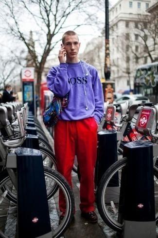 Teenager: Smart-Casual Outfits Herren 2021: Kombinieren Sie ein hellviolettes bedrucktes Sweatshirts mit einer roten Chinohose, um einen lockeren, aber dennoch stylischen Look zu erhalten. Putzen Sie Ihr Outfit mit dunkelroten Leder Slippern mit Quasten.