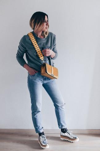Wie kombinieren: graues bedrucktes Sweatshirt, hellblaue Jeans, silberne Leder Derby Schuhe, beige gesteppte Leder Umhängetasche