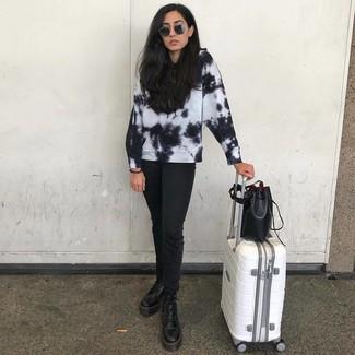 Wie kombinieren: schwarzes und weißes Mit Batikmuster Sweatshirt, schwarze Jeans, schwarze flache Stiefel mit einer Schnürung aus Leder, schwarze Leder Beuteltasche