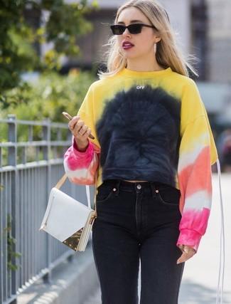 Wie kombinieren: mehrfarbiges Mit Batikmuster Sweatshirt, schwarze Jeans, weiße Lederhandtasche, schwarze Sonnenbrille