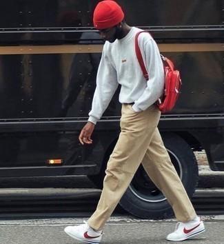 Dunkelroten Leder Rucksack kombinieren – 5 Frühling Herren Outfits: Für ein bequemes Couch-Outfit, entscheiden Sie sich für ein graues Sweatshirts und einen dunkelroten Leder Rucksack. Weiße und rote Segeltuch niedrige Sneakers sind eine einfache Möglichkeit, Ihren Look aufzuwerten. Schon mal so einen trendigen Übergangs-Look gesehen?