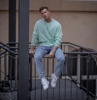 Mintgrünes Sweatshirts kombinieren – 22 Herren Outfits: Kombinieren Sie ein mintgrünes Sweatshirts mit hellblauen Jeans für ein sonntägliches Mittagessen mit Freunden. Weiße Leder niedrige Sneakers fügen sich nahtlos in einer Vielzahl von Outfits ein.