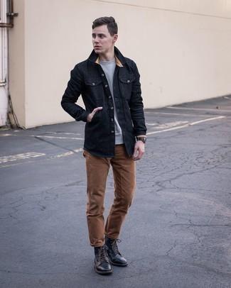 Graues Sweatshirts kombinieren – 366 Herren Outfits: Vereinigen Sie ein graues Sweatshirts mit einer braunen Chinohose für ein bequemes Outfit, das außerdem gut zusammen passt. Fühlen Sie sich mutig? Komplettieren Sie Ihr Outfit mit einer schwarzen Lederfreizeitstiefeln.