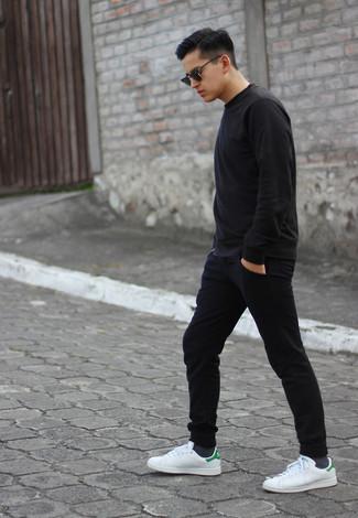Wie kombinieren: schwarzes Sweatshirt, schwarze Jogginghose, weiße Leder niedrige Sneakers, schwarze Sonnenbrille