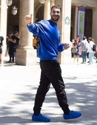Schwarze Jogginghose kombinieren: trends 2020: Ein blaues Sweatshirt und eine schwarze Jogginghose sind eine gute Outfit-Formel für Ihre Sammlung. Ergänzen Sie Ihr Look mit blauen Segeltuch niedrigen Sneakers.