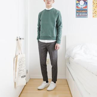 mintgrünes Sweatshirt, weißes Kurzarmhemd, dunkelgraue Chinohose, weiße Leder niedrige Sneakers für Herren