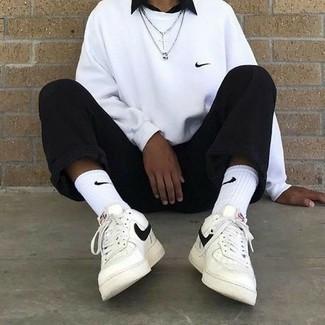 Weiße Socken kombinieren – 500+ Herren Outfits: Ein weißes Sweatshirt und weiße Socken sind eine gute Outfit-Formel für Ihre Sammlung. Fühlen Sie sich mutig? Ergänzen Sie Ihr Outfit mit weißen und schwarzen Leder niedrigen Sneakers.