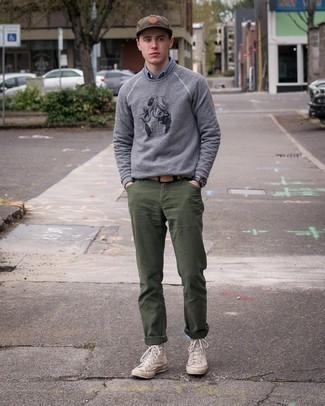 Graues bedrucktes Sweatshirts kombinieren – 88 Herren Outfits: Erwägen Sie das Tragen von einem grauen bedruckten Sweatshirt und einer olivgrünen Chinohose für ein Alltagsoutfit, das Charakter und Persönlichkeit ausstrahlt. Suchen Sie nach leichtem Schuhwerk? Entscheiden Sie sich für hellbeige hohe Sneakers aus Segeltuch für den Tag.