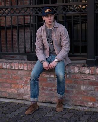 Graues bedrucktes Sweatshirts kombinieren – 88 Herren Outfits: Ein graues bedrucktes Sweatshirt und blaue Jeans mit Destroyed-Effekten sind eine kluge Outfit-Formel für Ihre Sammlung. Schalten Sie Ihren Kleidungsbestienmodus an und machen braunen Chukka-Stiefel aus Wildleder zu Ihrer Schuhwerkwahl.