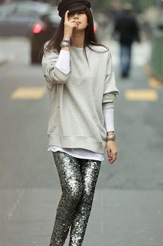 Entscheiden Sie sich für ein graues Sweatshirts und eine graue enge Hose aus Paillette für einen bequemen Alltags-Look.
