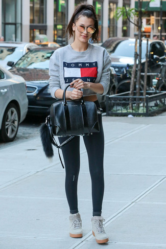 Ein graues bedrucktes sweatshirt und eine goldene sonnenbrille für damen von Alexander McQueen sind das Outfit Ihrer Wahl für faule Tage. Fühlen Sie sich mutig? Entscheiden Sie sich für grauen hohe sneakers aus wildleder.