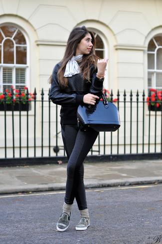 Wie kombinieren: schwarzes gestepptes Sweatshirt aus Leder, dunkelgraue Leggings, schwarze verzierte Slip-On Sneakers, schwarze Satchel-Tasche aus Leder