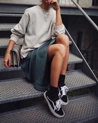 Dunkelgrünes Satin Maxikleid kombinieren – 2 Damen Outfits: Erwägen Sie das Tragen von einem dunkelgrünen Satin Maxikleid und einem grauen Sweatshirt, wenn Sie einen legeren und stilvollen Look wollen. Vervollständigen Sie Ihr Look mit schwarzen und weißen Segeltuch niedrigen Sneakers.