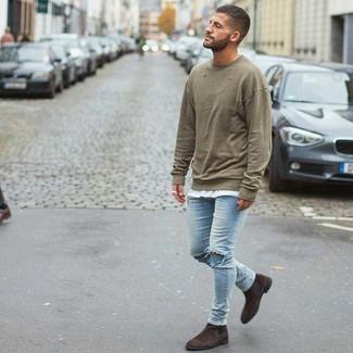 Wie kombinieren: olivgrünes Sweatshirt, weißes T-Shirt mit einem Rundhalsausschnitt, hellblaue enge Jeans mit Destroyed-Effekten, dunkelbraune Chelsea-Stiefel aus Wildleder