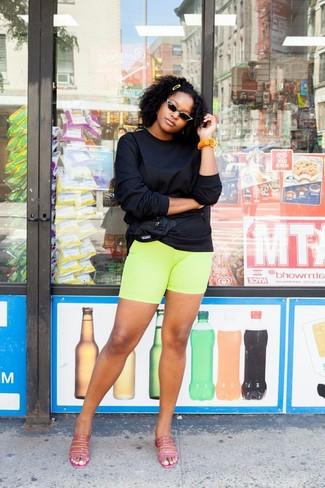 Wie kombinieren: schwarzes Sweatshirt, gelbgrüne Radlerhose, fuchsia Leder Pantoletten, schwarze Nylon Bauchtasche