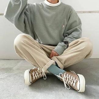 Mintgrünes Sweatshirts kombinieren – 22 Herren Outfits: Kombinieren Sie ein mintgrünes Sweatshirts mit einer hellbeige Cord Chinohose für ein Alltagsoutfit, das Charakter und Persönlichkeit ausstrahlt. Braune Segeltuch niedrige Sneakers sind eine perfekte Wahl, um dieses Outfit zu vervollständigen.
