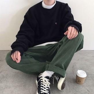 Schwarzes Sweatshirts kombinieren – 141 Herren Outfits: Erwägen Sie das Tragen von einem schwarzen Sweatshirt und einer dunkelgrünen Chinohose, um einen lockeren, aber dennoch stylischen Look zu erhalten. Komplettieren Sie Ihr Outfit mit schwarzen und weißen Segeltuch niedrigen Sneakers.