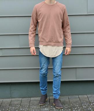 Wie kombinieren: rosa Sweatshirt, hellbeige T-Shirt mit einem Rundhalsausschnitt, blaue enge Jeans, dunkelbraune Chelsea-Stiefel aus Wildleder