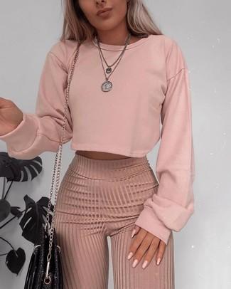 13f4331355 Wie kombinieren: rosa Sweatshirt, rosa Wollweite hose, schwarze Leder  Umhängetasche, silberner Anhänger