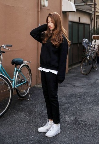 Wie kombinieren: schwarzes Sweatshirt, weißes T-Shirt mit einem Rundhalsausschnitt, schwarze Chinohose, weiße niedrige Sneakers
