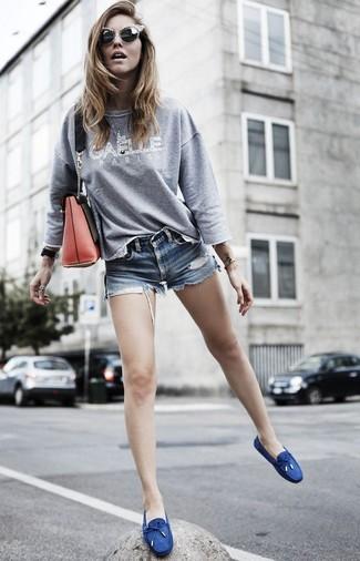 Wie kombinieren: graues bedrucktes Sweatshirt, blaue Jeansshorts, dunkelblaue Segeltuch Bootsschuhe, rote Leder Umhängetasche
