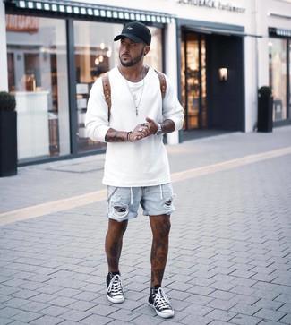 Wie kombinieren: weißes Sweatshirt, hellblaue Jeansshorts mit Destroyed-Effekten, schwarze und weiße hohe Sneakers, brauner Leder Rucksack
