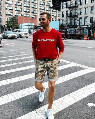Wie kombinieren: rotes bedrucktes Sweatshirt, olivgrüne Camouflage Shorts, weiße Leder niedrige Sneakers, schwarzer Ledergürtel