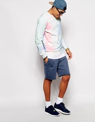 Wie kombinieren: hellblaues Sweatshirt mit Acid-Waschung, dunkelblaue Shorts, dunkelblaue Sportschuhe, blaue Baseballkappe