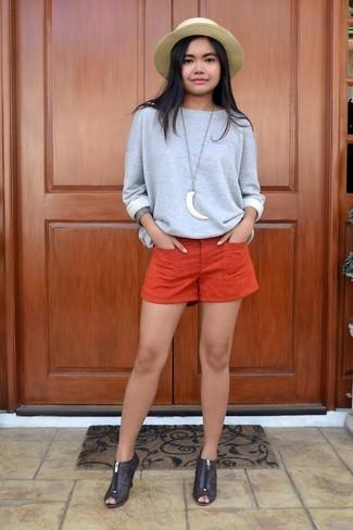 Wie kombinieren: graues Sweatshirt, orange Shorts, dunkelbraune Leder Stiefeletten mit Ausschnitten, beige Strohhut