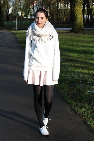 Wie kombinieren: weißes bedrucktes Sweatshirt, rosa Skaterrock, weiße Leder Oxford Schuhe, weißer Schal